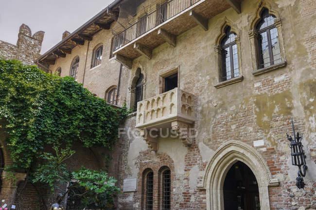 Juliets house courtyard with famous empty balcony view, Verona, Veneto, Italy — Stock Photo