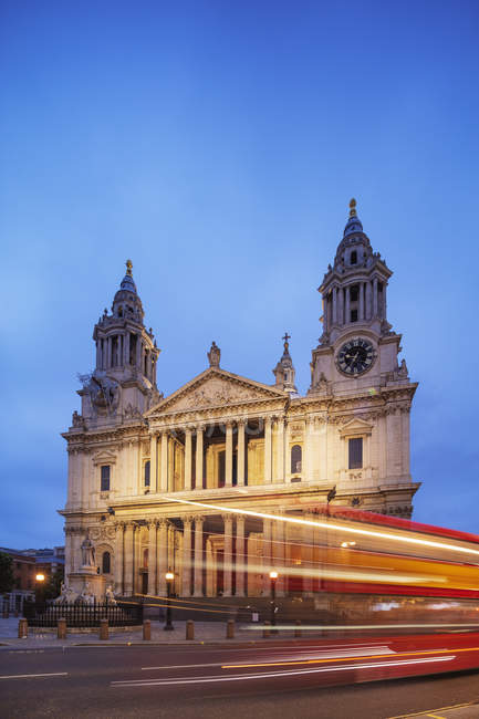 Saint Pauls Cathedral e luce percorsi del bus di Londra alla notte, Londra, Inghilterra, Regno Unito — Foto stock