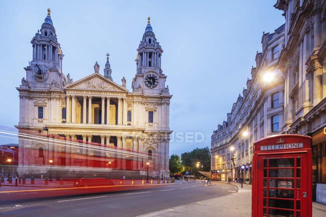 Saint Pauls Cathedral con casella di telefono tradizionale e bus di Londra, Londra, Inghilterra, Regno Unito — Foto stock