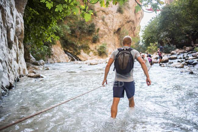 TouristischeWanderung im Bergfluss in der Saklikent-Schlucht, Saklikent-Nationalpark, Provinz Fethiye, Lykien, Anatolien, Türkei, Kleinasien, Eurasien — Stockfoto