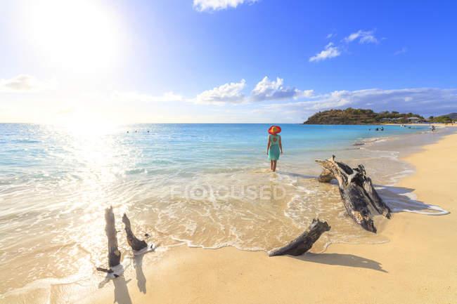 Rückansicht der Frau mit Hut zu Fuß auf Ffryes Beach, Antigua, Antigua und Barbuda, Leeward Islands, Westindien, Karibik, Mittelamerika — Stockfoto