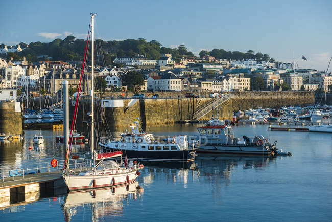 Barche nel porto di Saint Peter Port a Alba, Guernsey, Channel Islands, Regno Unito — Foto stock