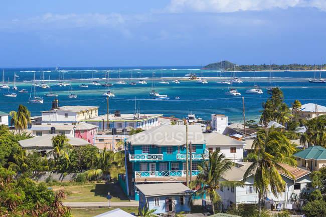 Вид на місто Кліфтон з різнокольоровими будинками і Кліфтон порт для яхт, Союз острів, Гренадін, Вест-Індії, Карибського басейну, Центральної Америки — стокове фото