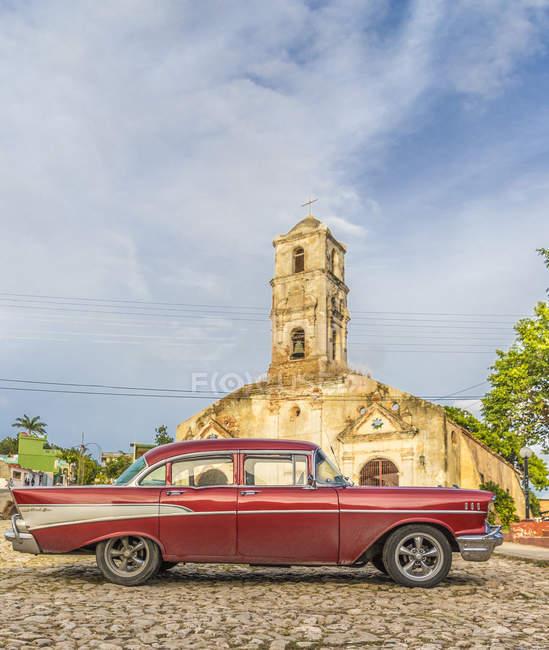 Vintage vermelho carro americano estacionado em frente a Igreja de Santa Ana, Trinidad, Cuba, Antilhas, Caribe, América Central — Fotografia de Stock