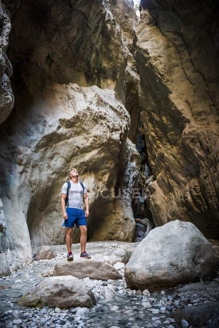 Tourist mit Rucksack suchen in Saklikent Gorge, Saklikent Nationalpark, Fethiye Provinz, Lykien, Anatolien, Türkei, Kleinasien, Eurasien — Stockfoto
