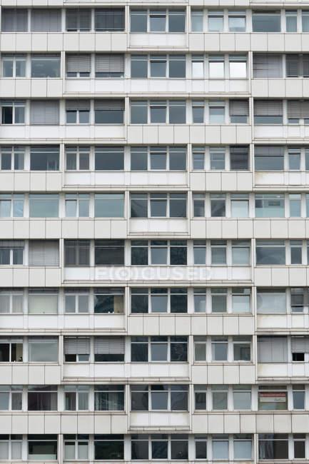 Bianco e grigio uniforme facciata del vecchio condominio, Berlino, Germania — Foto stock