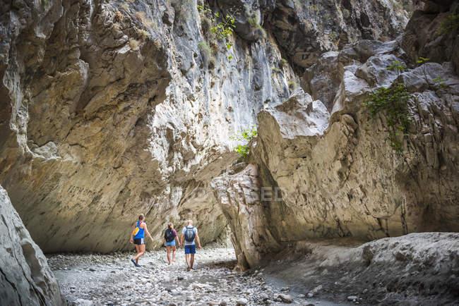 Touristen wandern in der Saklikent-Schlucht, Saklikent Nationalpark, Fethiye Provinz, Lykien, Anatolien, Türkei, Kleinasien, Eurasien — Stockfoto