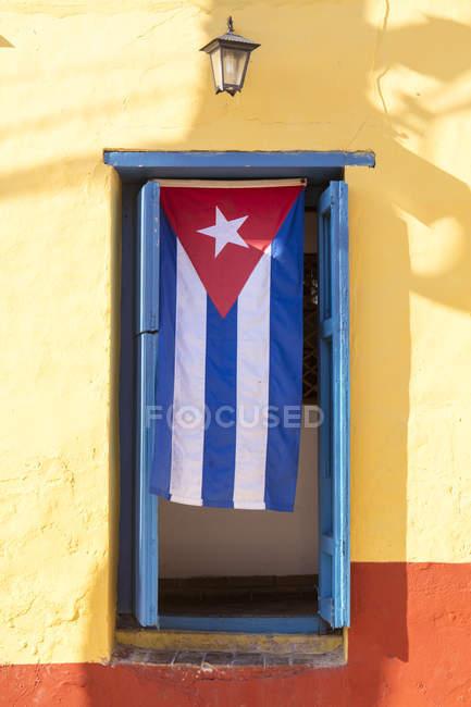 Kubanische Flagge hängt in Tür auf Straße — Stockfoto