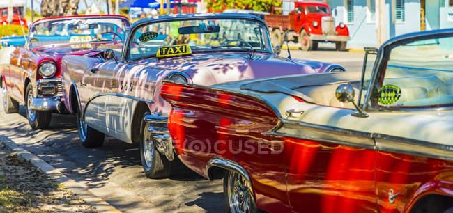 Используется ряд Ретро классические американские автомобили такси в Варадеро, Куба, Вест-Индии, Карибский, Центральная Америка — стоковое фото
