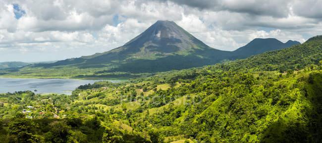 Зеленые холмы и вулкан Ареналь на фоне, провинции Алахуэла, Коста-Рика, Центральная Америка — стоковое фото