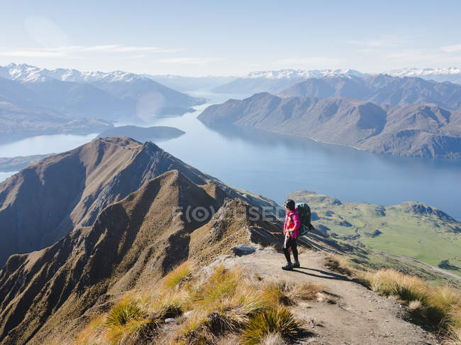 Female hiker enjoying the view from the Roys Peak trail near Wanaka, Otago, South Island, New Zealand, Pacific — Stock Photo