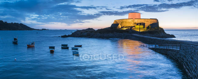 Grigio di Fort illuminata al crepuscolo, Guernsey, Channel Islands, Regno Unito — Foto stock