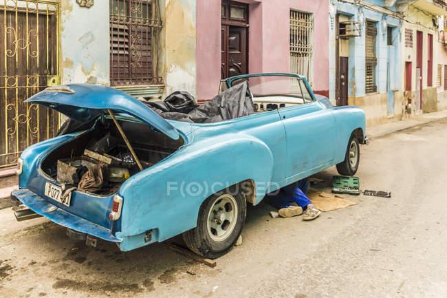 Ремонт старых ретро автомобилей и ветхие здания, Гавана, Куба, Вест-Индии, Карибский бассейн, Центральная Америка — стоковое фото