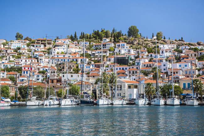 Sailing boats in Poros Island port, Saronic Island, Aegean Coast, Greek Islands, Greece — Stock Photo
