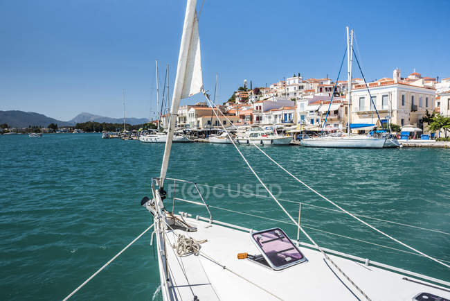 Sailing boat near Poros Island port, Saronic Island, Aegean Coast, Greek Islands, Greece — Stock Photo