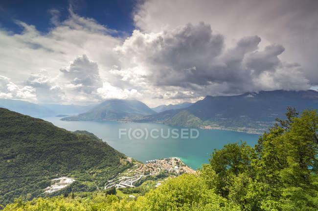 Озеро Комо и зеленых холмов Сан Грато, Vendrogno, Лекко провинции, Ломбардия, итальянские озера, Италия — стоковое фото