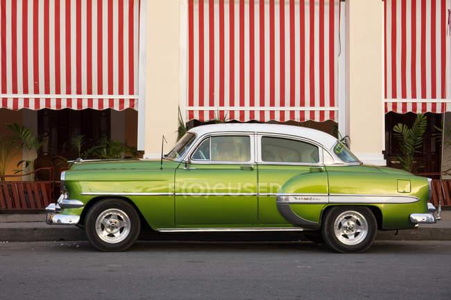Carros americanos antigos verde Estacionavam na frente do café, Cienfuegos, Cuba, Antilhas, Caribe, América Central — Fotografia de Stock