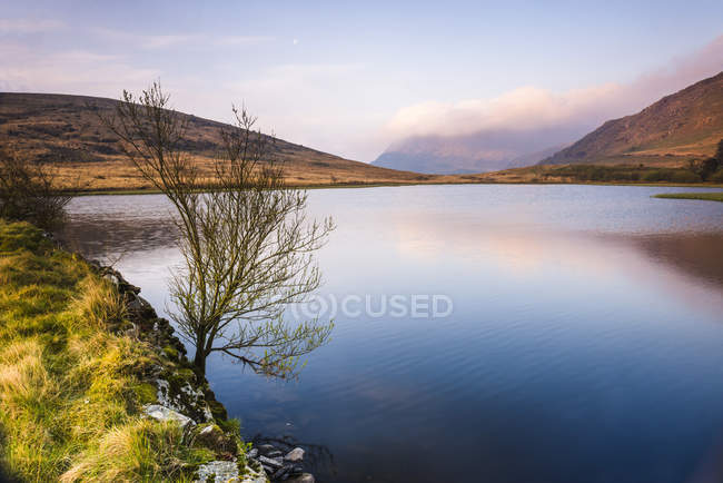 Lac tranquille au lever du soleil à l'automne, le Parc National de Snowdonia, North Wales, Royaume-Uni — Photo de stock