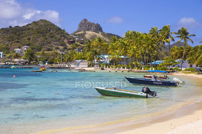 Boats moored on beach at Clifton Harbour, Union Island, The Grenadines, West Indies, Caribbean, Central America — Stock Photo