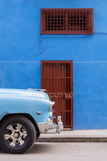 Frente del viejo vintage coche estacionada frente blue building, la Habana, Cuba, Antillas, Caribe, América Central - foto de stock