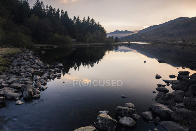 Tranquil Llynnau Mymbyr Lake at sunset, Capel Curig, Snowdonia National Park, North Wales, United Kingdom — Stock Photo