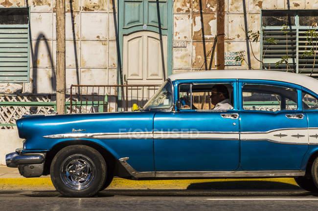 Ретро классические американский автомобиль, проезжающих мимо старого здания в Варадеро, Куба, Вест-Индии, Карибский бассейн, Центральная Америка — стоковое фото