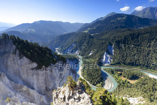 Vue panoramique de la chaîne de montagnes de gorges du Rhin, Flims, District d'Imboden, Canton des Grisons, Suisse — Photo de stock