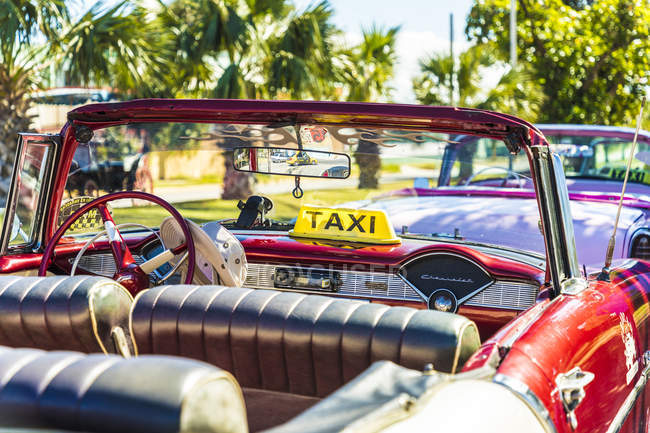 Carro americano clássico retrô, usado como táxi em Varadero, Cuba, Antilhas, Caribe, América Central — Fotografia de Stock