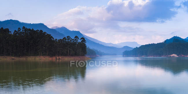 Sea surface and silhouettes of mountains, Mattupetty Damn, Munnar, Western Ghats Mountains, Kerala, India, Asia — Stock Photo