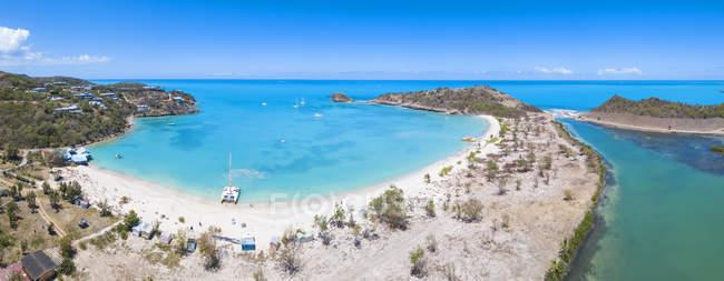 Panoramablick auf tiefe Bucht mit kristallklarem Wasser, Antigua, Antigua und Barbuda, Leeward-Inseln, West Indies, Karibik, Mittelamerika — Stockfoto