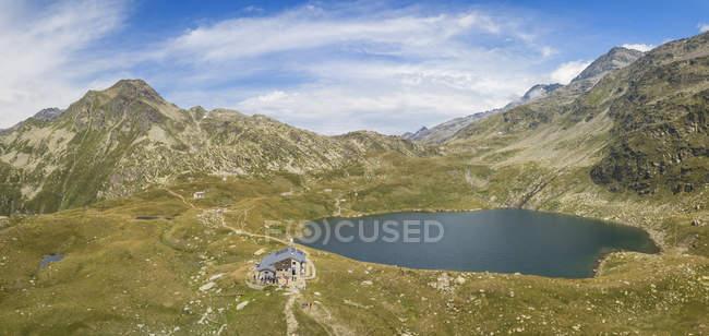 Panoramique du lac Emet des montagnes Rocheuses, la vallée de Spluga, Sondrio province, Valtellina, Lombardie, Italie — Photo de stock