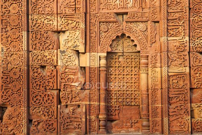 Arabische Schrift auf der Wand des Quqqat-Ul-Islam-Moschee, Qutub Minar, Delhi, Indien, Asien — Stockfoto
