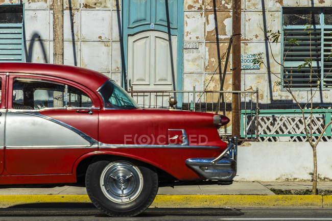 Retrô clássico americano carro vermelho dirigindo em um edifício antigo em Varadero, Cuba, Antilhas, Caribe, América Central — Fotografia de Stock