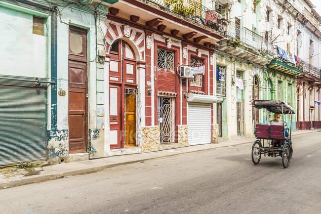 Винтажные цикла рикша, передавая местной архитектуры в Гаване, Куба, Вест-Индии, Карибского бассейна, Центральной Америки — стоковое фото