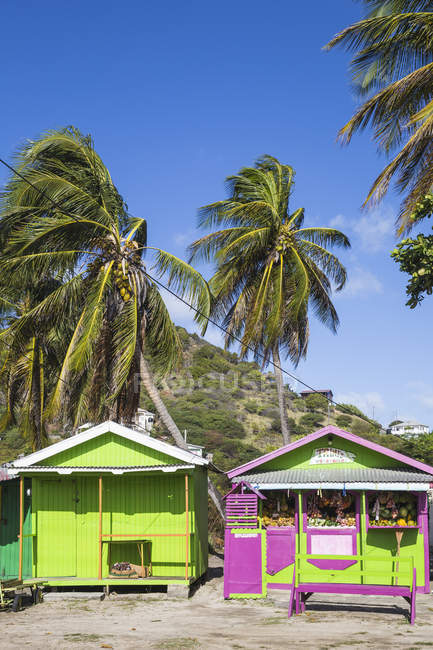 Outdoor market in colorful wooden huts on beach, Clifton, Union Island, The Grenadines, West Indies, Caribbean, Central America — Stock Photo