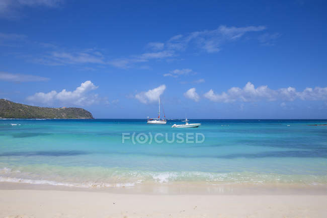 Paradise Big Sands beach at Belmont Bay with yachts on background, Union Island, The Grenadines, West Indies, Caribbean, Central America — Stock Photo