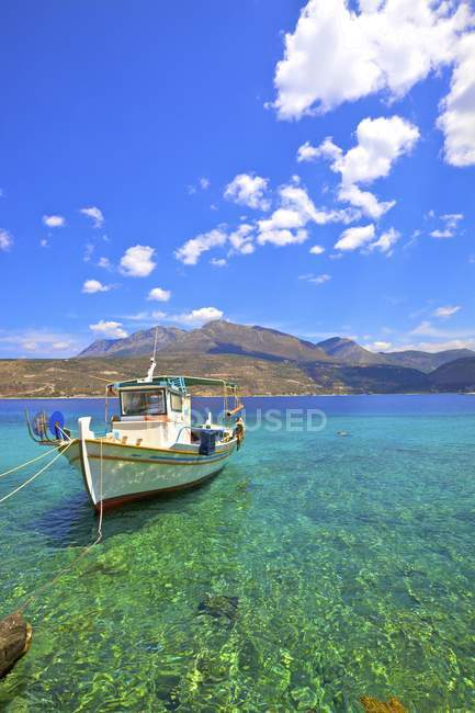 Fishing boat moored on shallow in emerald sea, Limeni, Mani Peninsula, The Peloponnese, Greece — Stock Photo