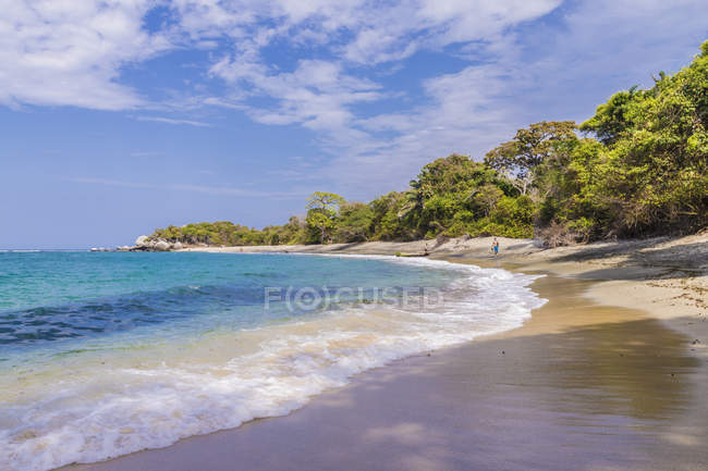Paradise sandy beach and the Caribbean sea in Tayrona National Park in Colombia, South America — Stock Photo