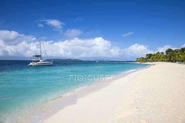 Paradise white sand beach and yacht, Palm Island, The Grenadines, West Indies, Caribbean, Central America — Stock Photo