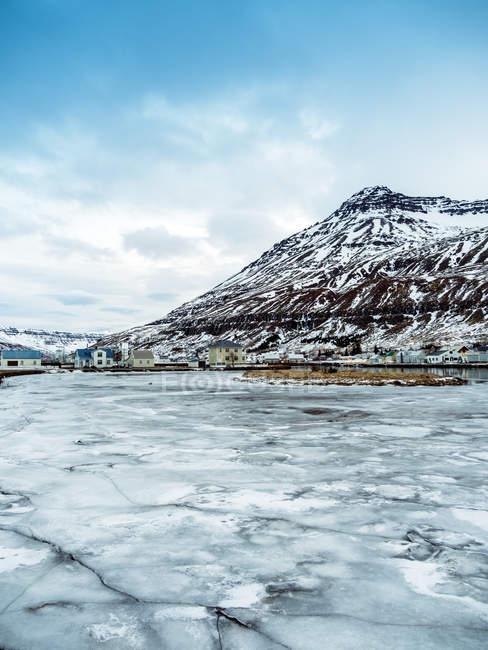 Seyoisfjorour город в зимний период до восхода солнца с льда замороженные, восточной части региона, Исландии, полярные регионы — стоковое фото
