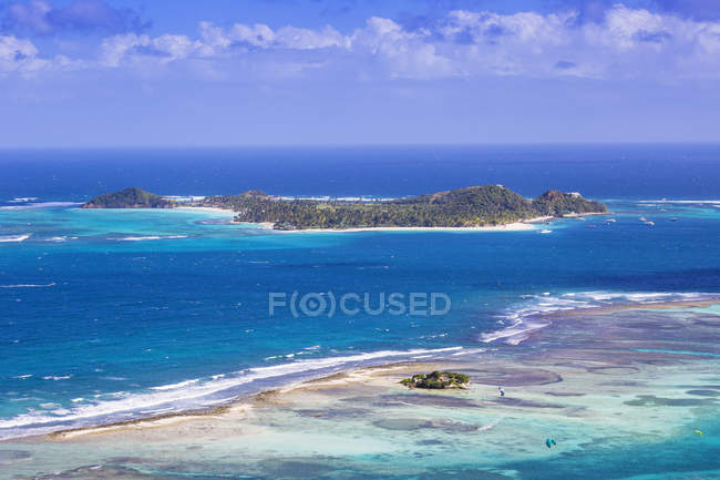 Turquoise and blue sea water surface and Palm Island on background, Union Island, The Grenadines, West Indies, Caribbean, Central AmericaIsland — Stock Photo