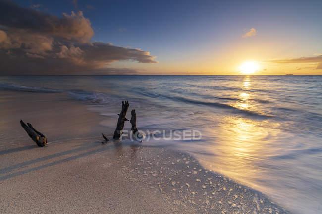 Sunset on calm Ffryes Beach, Antigua, Antigua and Barbuda, Leeward Islands, West Indies, Caribbean, Central America — Stock Photo