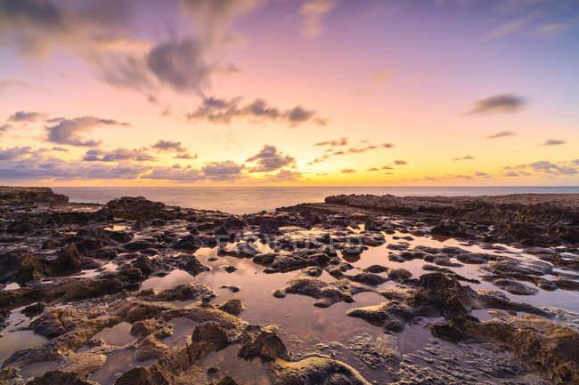 Felsigen Teufelsbrücke unter dramatischen Himmel bei Sonnenaufgang, Antigua, Antigua und Barbuda, Leeward-Inseln, West Indies, Karibik, Mittelamerika — Stockfoto