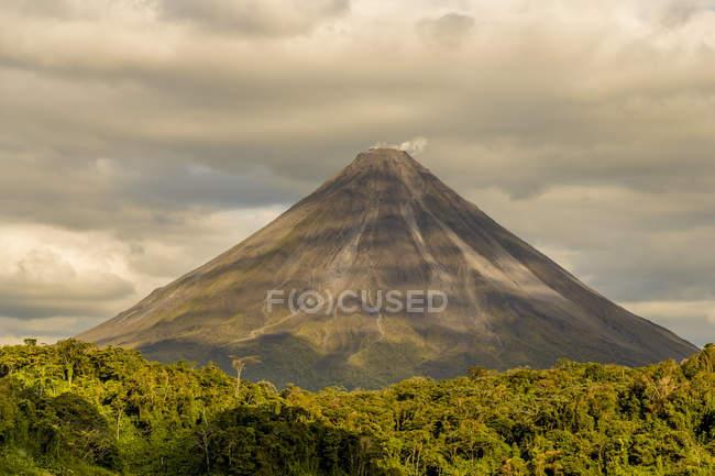 Вид на вулкан Ареналь під хмарного неба, Арена Національний парк, провінція Alajuela, Сан-Карлос, Коста-Ріка, Центральна Америка — стокове фото