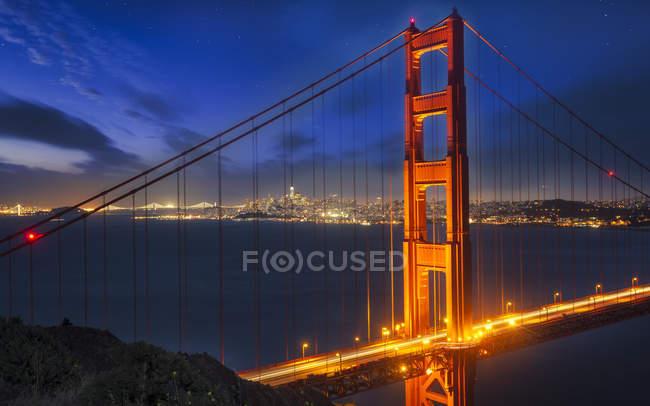 Vista da ponte de Golden Gate iluminado à noite, San Francisco, California, Estados Unidos da América, da América do Norte — Fotografia de Stock