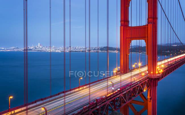Vista da ponte de Golden Gate iluminado no crepúsculo, San Francisco, California, Estados Unidos da América, da América do Norte — Fotografia de Stock