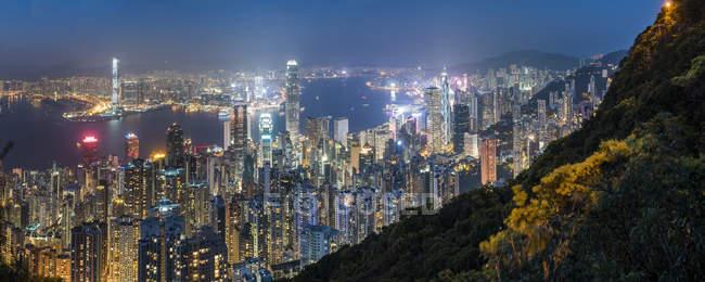 Переглянути над острова Гонконг, гавань Вікторія та Kowloon вночі, видно з піку Вікторія, Гонконг, Китай, Азії — стокове фото