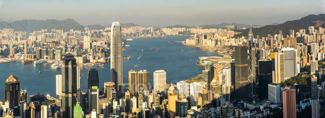 Vista panorámica de Victoria Harbour en puesta del sol, isla de Hong Kong, Hong Kong, China, Asia - foto de stock