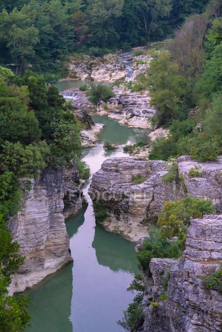 Живописный каньон Marmitte dei Giganti на берегу реки Метауро, Пезаро, Марке, Италия — стоковое фото