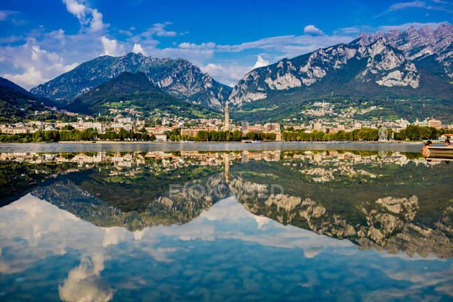 Живописный вид на озеро Комо и живописных скалистых гор, итальянские озера, Ломбардия, Италия — стоковое фото